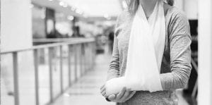 woman with a broken arm inside a shopping center